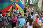 Na nádvoří zámku Velké Březno bavilo děti i jejich rodiče Divadlo V Pytli dobrodružnou pohádkou, 2019