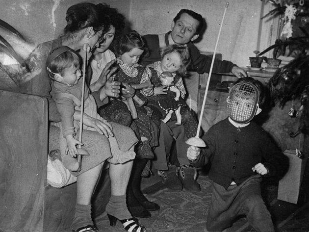 Petr Berounský sdílel na sociální síti vánoční snímek s dětským plastovým šermířským setem z roku 1961.