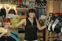 Zuzana Hofmannová ve svém obchodu Hudy sport na Masarykově ulici jako vedoucí prodejny