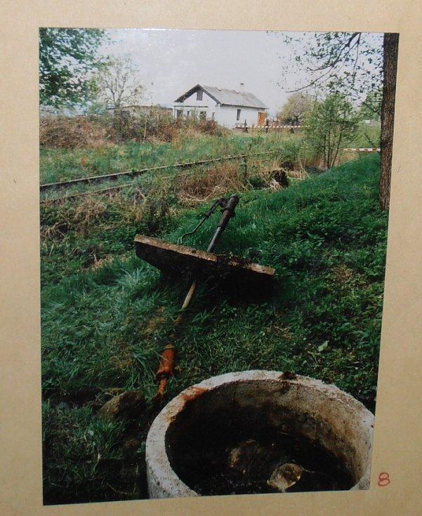 Kriminalisté objevili tělo dívky v Krupce v nepoužívané studni.
