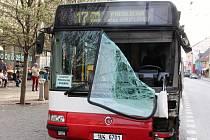 Nehoda dvou autobusů v centru Ústí 3. dubna