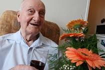 Panu Antonínu Kovářovi z Ústí nad Labem je obdivuhodných 103 let a stále se těší z dobré kondice. Ve svém minibytě vítal gratulanty usměvavý, čerstvě oholený a elegantně oblečený.