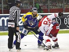 Ústečtí hokejisté (modro-žlutí) zvítězili na ledě Slavie 4:2.