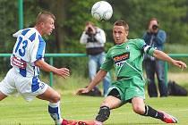 Ústecký forvard Miloš Gibala atakuje kapitána soupeře Martina Uvíru v přípravném utkání s Jabloncem. Arma nakonec prohrála 1:2.