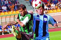 Ústečtí fotbalisté (vpravo Moulis) před týdnem prohráli na hřišti Sokolova 2:3. V sobotu přivítají v domácím prostředí v derby celek z Mostu a chtějí zvítězit.