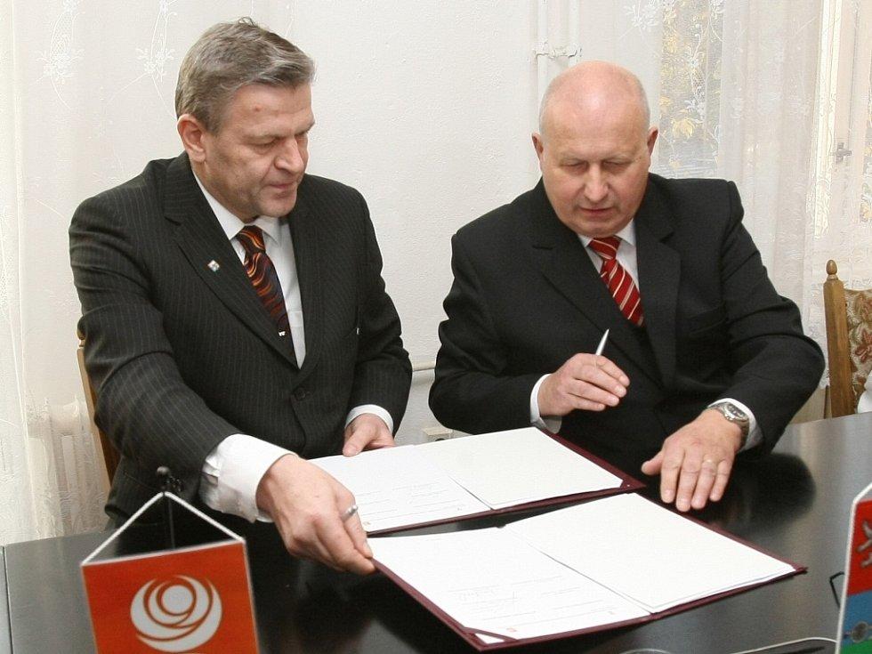Předseda krajské ČSSD Arno Fišera podepsal koaliční spolupráci na vedení Ústeckého kraje s komunistou Oldřichem Bubeníčkem (vpravo), který by se měl stát novým hejtmanem.