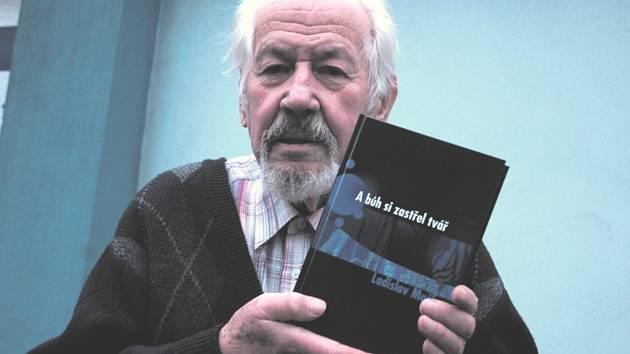 Ladislav Muška s knihou.