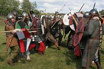 """Bojový střet v období od 8. do 11. století, Slovanů (vlevo) s germánskými Sasy, kteří žili od """"castra Uzk"""" na dohled. Jejich zbroj je ale v podstatě stejná. Je třeba si uvědomit, že v 8. a 9. století Ústecku vládl velkomoravský kníže."""