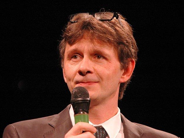 Herec Jan Šťastný moderoval v Ústí charitativní koncert pro malého školáka.