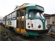 Poslední ústecká tramvaj, kterou koupil ústecký dopravní podnik za 20 tisíc teď chátrá v depu.