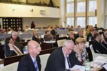 Ústečtí zastupitelé při zasedání ve středu 2. prosince na dvakrát schvalovali rozpočet na rok 2016.