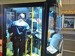 Dopravní podnik města provedl noční kontrolu jízdenek za pomoci strážníků městské policie přímo ve vozidlech MHD.