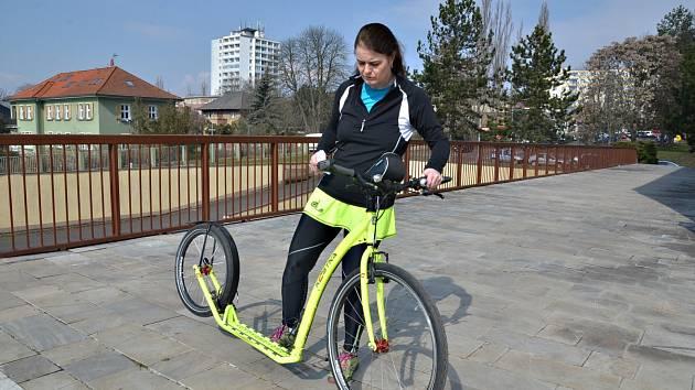 Ústečanka Lenka Plzáková si zamilovala jízdu na koloběžce.
