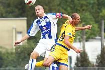 Fotbalisté Army budou v souboji s Vlašimí spoléhat na týmový výkon i svého špílmachra Jana Martykána (vlevo).