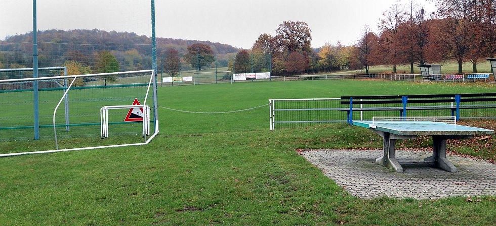 Fotbalové hřiště v Hostovicích je kuriózní sklonem v podélném i příčném směru. Pohled od kabin