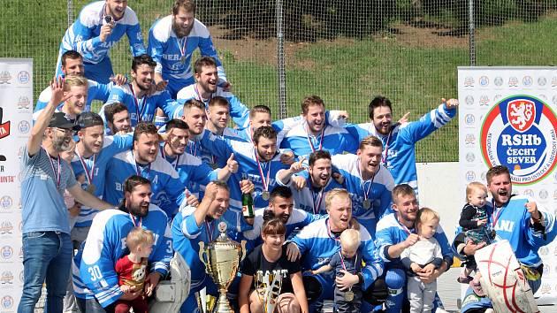 Ústečtí Berani (modrobílí) porazili Ještěry Ústí (černo-bílo-zelení) i ve třetím finálovém utkání a jsou vítězi 2. ligy sever 2019. Berani Ústí ilustrační