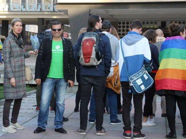 """Proti Ortelu a """"dělníkům"""" se v Ústí postavili zády desítky lidí,"""