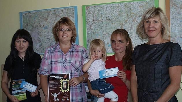 Výherci geocachingové soutěže, zleva Jitka Horová 3. místo, Renata Peková 1. místo, Petra Prokopová 2. místo a pracovnice Krajského úřadu Ústeckého kraje Ellen Herzogová.