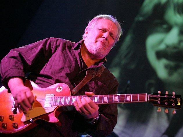 """Excelentní bluesman Luboš Andršt si to s kytarou užívá, z projekce vše """"sleduje"""" Vladimír Padrůněk."""