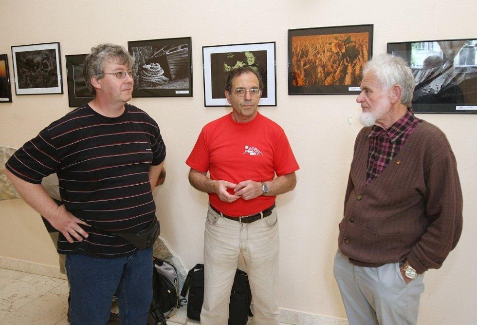Petr Hermann (uprostřed) se slovenskými kolegy fotografy během instalace výstavy autorů ze spřátelených Topolčianek, která se uskutečnila v loňském roce v Divadle Karla Hynka Máchy v Litoměřicích.