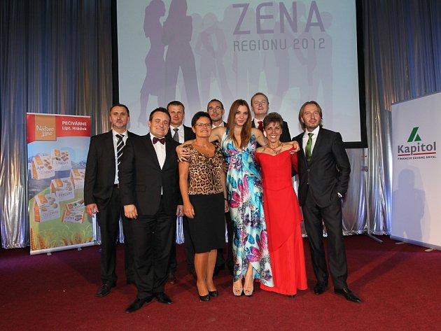 Vítězky finále loňského ročníku soutěže Žena regionu se sponzory na galavečeru.