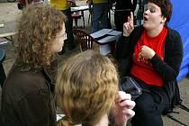 """V Živé knihovně si žáci půjčují osoby se zajímavým životním příběhem. Na fotogfrafii """"neslyšící kniha"""" z jedné z předchozích akcí."""