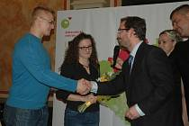 RUDOLF POKORNÝ A SANDRA TOMÁŠKOVÁ přebírají od rektora UJEP Martina Baleje cenu Křesadlo 2015.