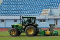 STARÝ TRÁVNÍK Městského stadionu už mizí. Nahradí ho nově vysetá plocha.