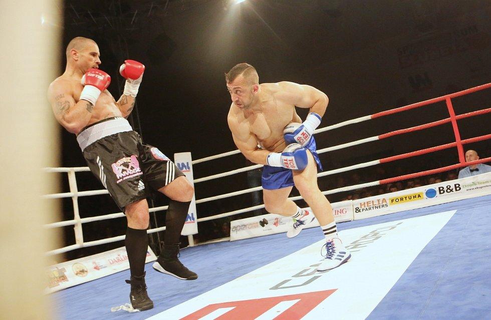 Duel Michala Řeháka (modré rukavice) s Robertem Rosenbergem