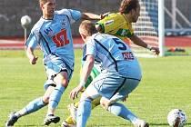 Ústečtí fotbalisté Pilík (vlevo) a Valenta se marně snaží sebrat míč hostujícímu Pilařovi.