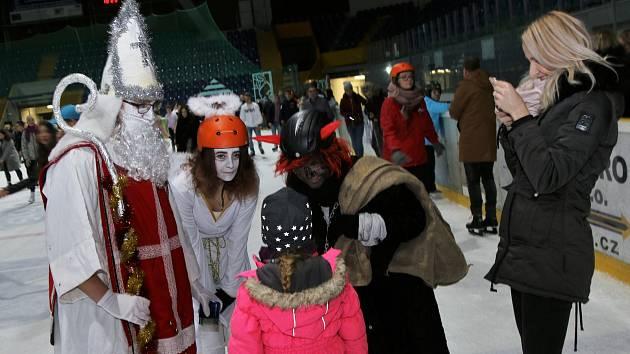 Mikulášské bruslení na zimním stadionu.