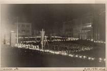 snímku pohled na ústecké Mírové náměstí  z  9.listopadu 1941 o půl desáté večer, kdy zde vrcholila jedna z nacistických monstrózních přehlídek.