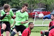 Korona Cup 2. kolo. Domácí tým Svádov - Olšinky (zelenočerní) podlehl MSK Trmice (červenočerní) 4:5.