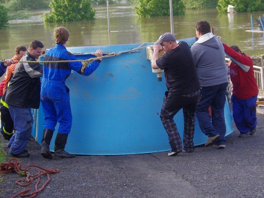 Plovoucí bazén ve Svádově ohrožoval zatopené domy.