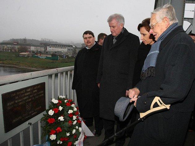 Bavorský premiér Horst Seehofer na ústeckém mostě Dr. Edvarda Beneše u pamětní desky, která připomíná oběti ústeckého masakru z 31. července 1945.