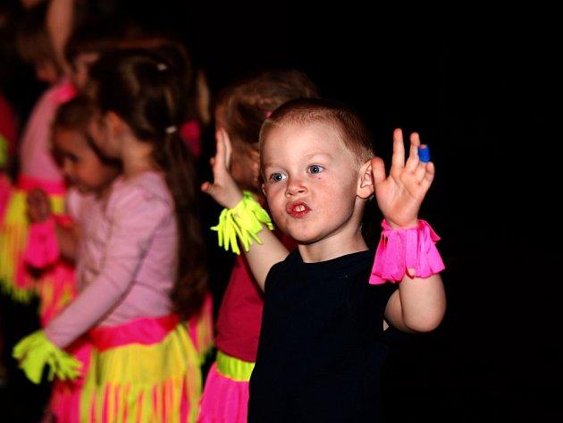 Plné divadlo tleskalo stovkám mladých tanečníků.