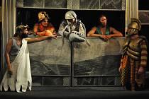 """Zábavnou a neotřelou formou přiblížit dospělým i dětem velké příběhy evropské kultury a dějin. To chce nově Divadlo rozmanitostí v Mostě, prvním počinem je hry """"Rek, Řek, řež čili ODYSSEUS""""."""