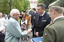 Čestné medaile obdrželi veteráni 2. světové války při pietním aktu k 68. výročí jejího ukončení v Městských sadech.