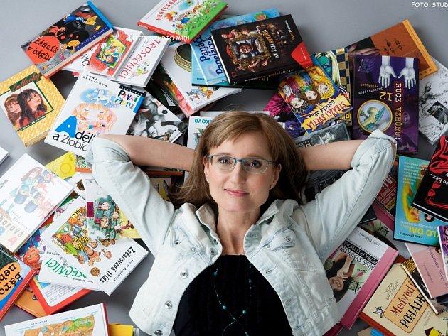 Ivona Březinová mezi svými, mezi knížkami.
