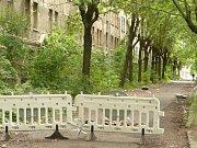 Blok domů v ulici Na Nivách je už několik let v dezolátním stavu.