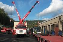 Dopravní podnik věnoval vyřazený autobus hasičům.