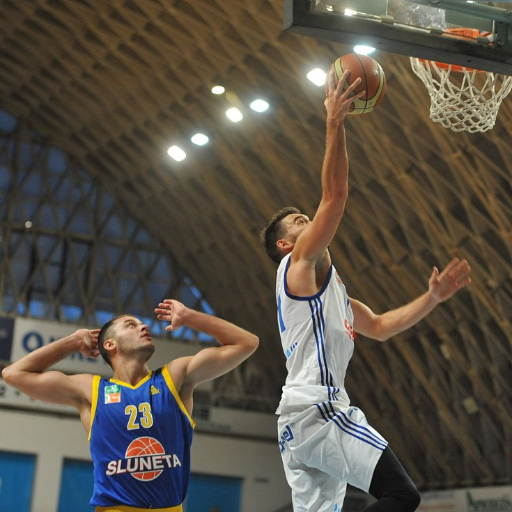 Basketbalisté Ostravy (bílí) duel s Ústím nedohráli.