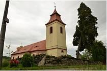 Úžasné louky, koně, pěkné chalupy a starý kostel v Čermné.