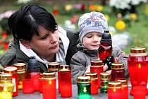 Na snímku Ondřej Kazda s maminkou zapalují svíčku u hrobu babičky na ústeckém hřbitově.
