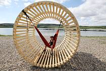 Jezero Milada a dřevěné konstrukce u něj