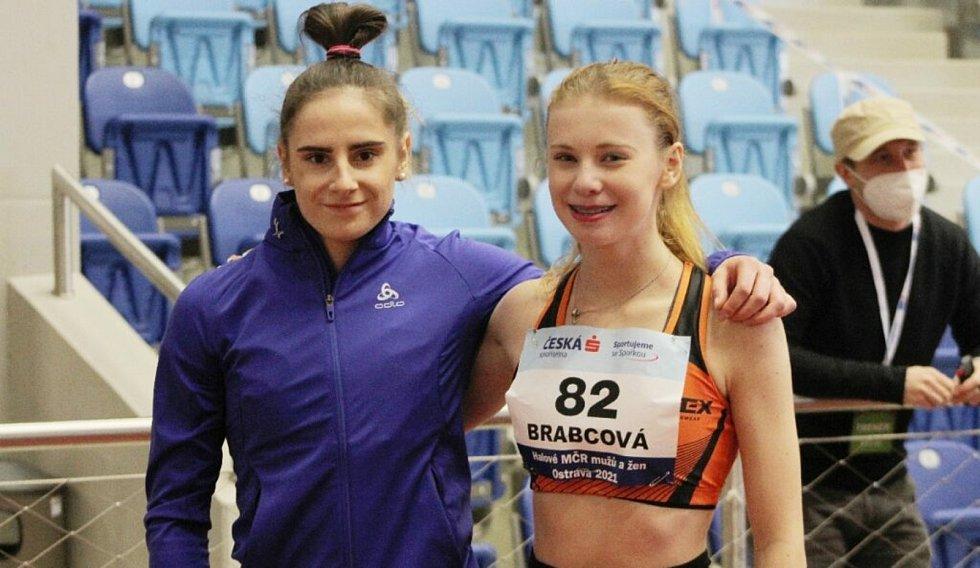 Veronika Brabcová (AC Ústí, vpravo) spolu s Ladou Vondrovou.