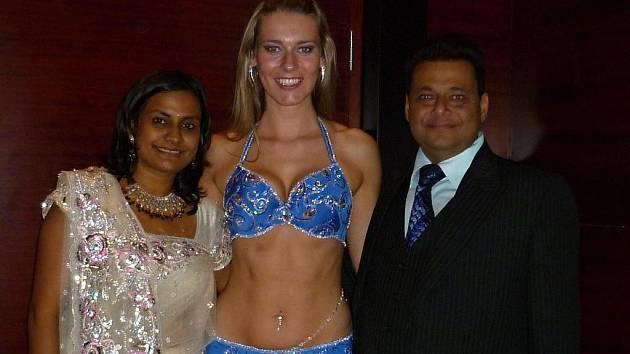 """Sharka s přáteli. """"Tento snímek je z indické svatby,"""" ráda vzpomíná Sharka."""