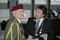 Brigádní generál Jaroslav Klemeš přebírá čestné občanství města Ústí nad Labem od primátora Víta Mandíka.