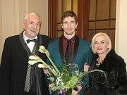 Emil a Blanka Vraspírovi s tanečníkem Robertsem Skujenieksem, vítězem Cen Thálie 2012 za Ústí.