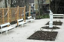V zahradě u zámku ve Velkém Březně najdou návštěvníci zbrusu nové rozárium.